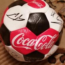 мяч с автографами от Coca-Cola